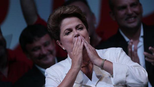 Dilma Rousseff agradece a los votantes su reelección como presidenta de Brasil. (EFE/Fernando Bizerra Jr.)