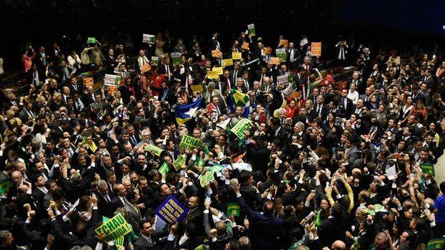 Diputados celebran en la cámara baja la victória de la votación contra la presidenta Dilma Rousseff. (EFE/ Iano Andrade)