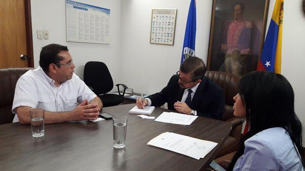 Dirigentes del Frente Amplio de Venezuela hacen entrega del documento a la OEA para exigir que la comunidad internacional rechace el resultado electoral. (Negal Morales)