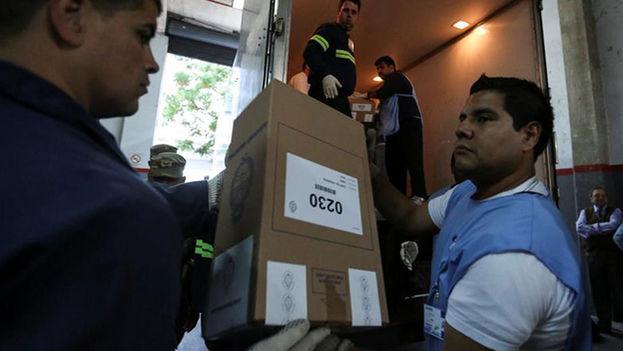 Distribución de urnas electorales en Argentina (Foto EFE)
