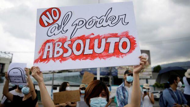Diversas organizaciones de la sociedad civil manifestándose en contra de la destitución de magistrados de la Sala Constitucional de la Corte Suprema de Justicia, en San Salvador. (EFE/Rodrigo Sura)