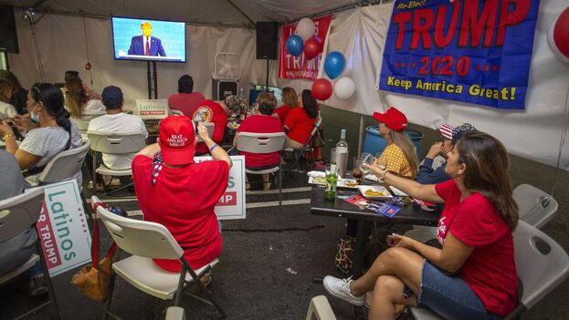 El grupo de simpatizantes del presidente se reunió para ver el debate entre Donald Trump y Joe Biden en un restaurante de Miami. (EFE/EPA/Cristobal Herrera)