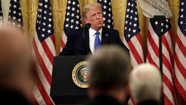 El presidente de los Estados Unidos, Donald J. Trump, durante un acto en la Casa Blanca con excombatientes que participaron en 1961 en la fallida invasión de Cuba en la Bahía de Cochinos. (EFE/EPA/Yuri Gripas)