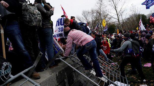Los manifestantes a favor de Donald Trump irrumpieron en el Capitolio de Estados Unidos. (EFE/ WILL OLIVER)