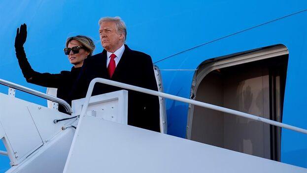 Donald y Melania Trump se despiden antes de volar a Florida, donde vivirán a partir de ahora. (EFE/EPA/STEFANI REYNOLDS)
