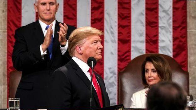 Donald Trump aplaudido por Mike Pence en presencia de Nancy Pelosi, tras el discurso del Estado de la Unión. (Doug Mills/ EFE)