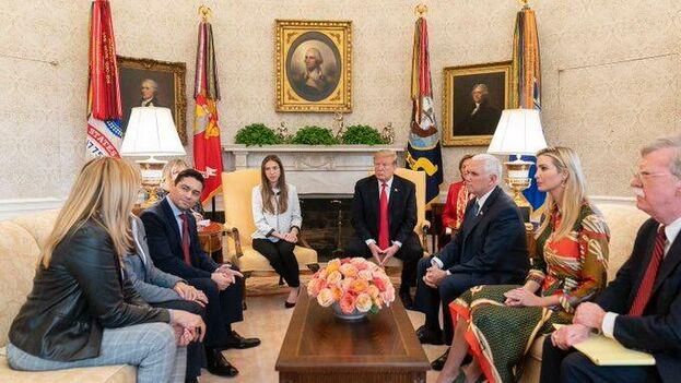 Donald Trump con Fabiana Rosales, esposa de Juan Guaidó. (@jguaido)