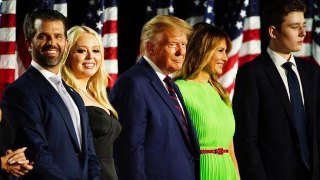 El presidente Donald Trump, acompañado de su esposa, Melania, y sus hijos. (EFE/Jim Lo Scanlzo)