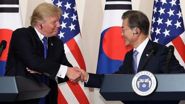 Donald Trump y su homólogo surcoreano, Moon Jae-in, en la rueda de prensa conjunta en la oficina presidencial en Seúl. (EFE/Yonhap)