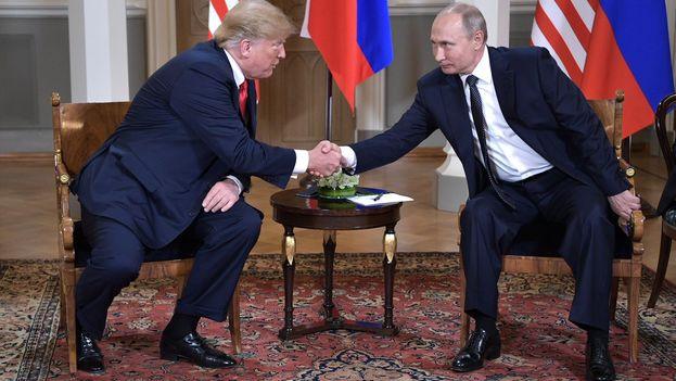 Donald Trump y Vladímir Putin se saludan durante su reunión en Helsinki, a la que han asistido con semblante serio. (kremlim.ru)