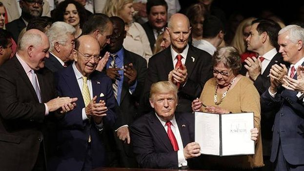 Donald Trump firma su nueva directiva en la política hacia Cuba. (CC)