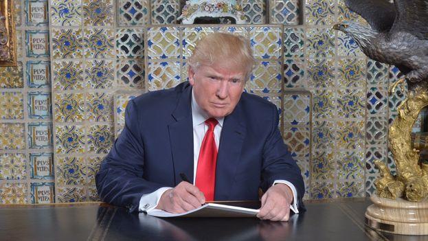El presidente de EE UU Donald Trump escribiendo su discurso inaugural (@realDonaldTrump)