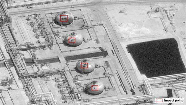 Imagen utilizada por EE UU para mostrar cuatro de los impactos sobre la refinería de Abqaiq, en Arabia Saudí, producidos por el ataque con drones. (AP/EFE/EPA/US GOVERNMENT)