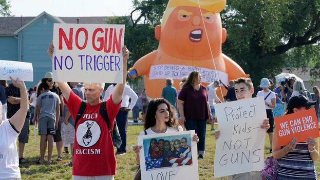 El muñeco satírico conocido como 'Baby Trump' recibió al presidente de EE UU en su visita a El Paso para reclamarle firmeza respecto a la Asociacion Nacional del Rifle. (Univisión)