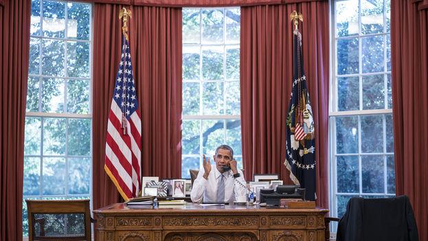 El presidente de EE UU, Barack Obama, habla con su homólogo cubano, Raúl Castro. (Casa Blanca)