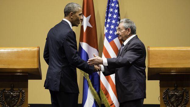 El presidente de EE UU, Barack Obama, y su homólogo cubano, Raúl Castro, en una rueda de prensa conjunta este lunes en La Habana. (Casa Blanca)