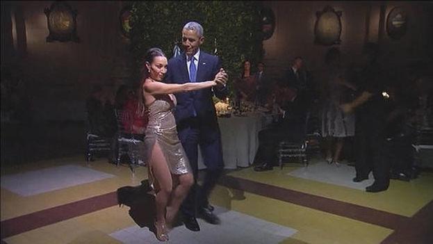 El presidente de EE UU, Barack Obama, bailando tango. (EFE)