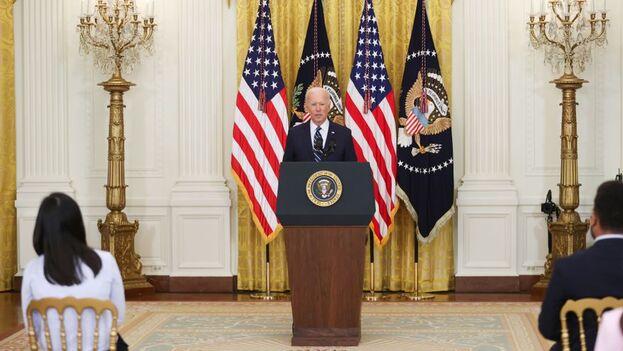 El presidente de EE UU, Joe Biden, durante la primera rueda de prensa de su mandato, este jueves en la Casa Blanca. (EFE/Oliver Contreras)
