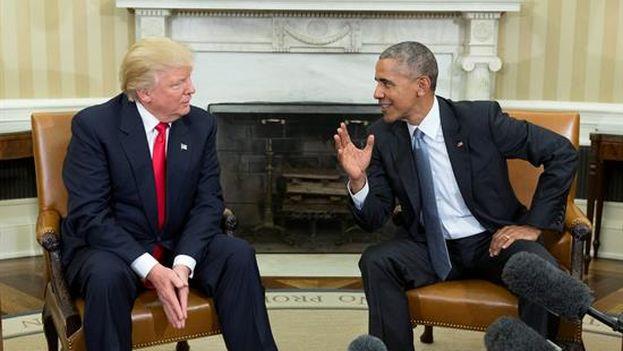 El presidente de EE UU, Barack Obama, con el mandatario electo, Donald Trump, al final de su encuentro en el despacho oval en la Casa Blanca, en Washington (EFE)