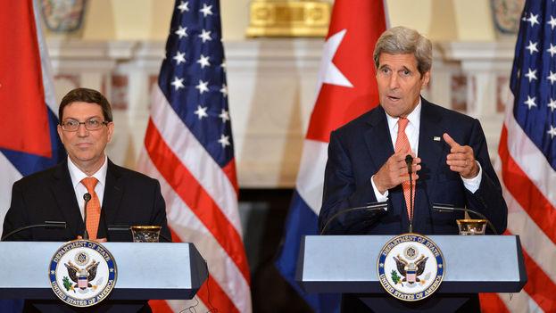 El secretario de Estado de EE UU, John Kerry, y el canciller cubano, Bruno Rodríguez, en una rueda de prensa en Washington. (Dep. de Estado de EE UU)