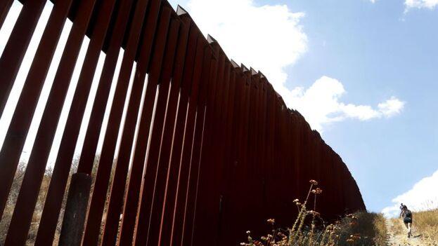 Muro fronterizo entre México y EE UU en Tecate, Baja California. (EFE/Paul Buck/Archivo)