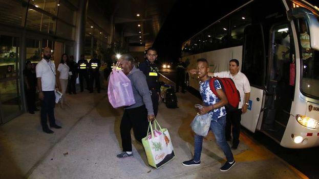 El segundo contingente de cubanos incluidos en el operativo centroamericano para llegar a EE UU, en el aeropuerto de Costa Rica. (EFE/Jeffrey Arguedas)