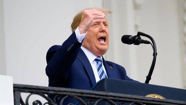 El presidente de EE UU, Donald Trump, en su primera aparición después de ser diagnosticado con covid. (EFE/EPA/Erin Scott)