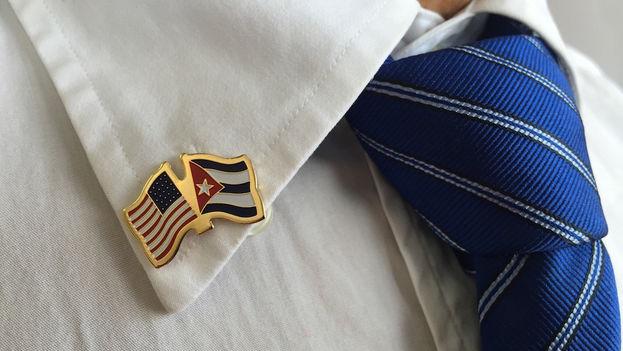 En la nueva embajada de EE UU en La Habana, los empleados han estrenado este lunes un broche alegórico.