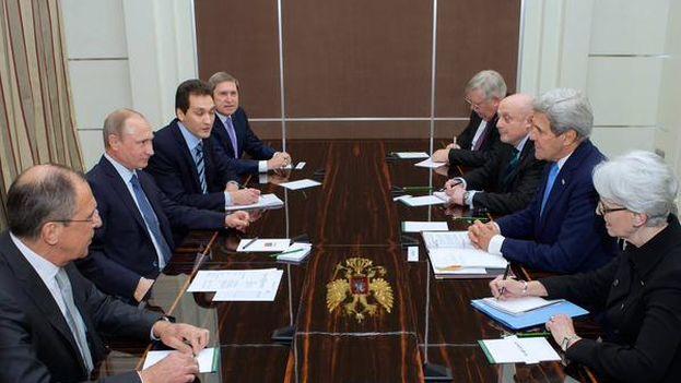 El secretario de Estado de EE UU, John Kerry, en las negociaciones mantenidas con el presidente ruso, Vladímir Putin. (Twitter)