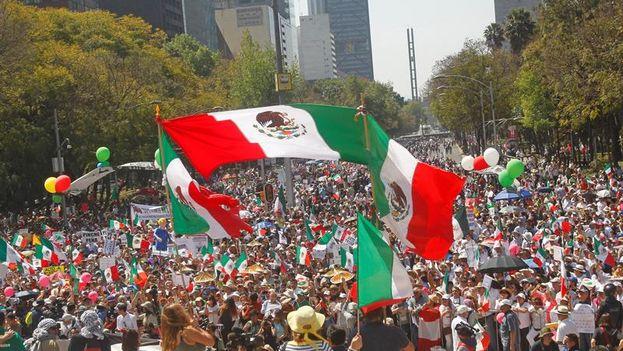 Miles de mexicanos salieron a las calles para expresar su repudio al presidente de EE UU y sus políticas contra México. (EFE/Mario Guzmán)