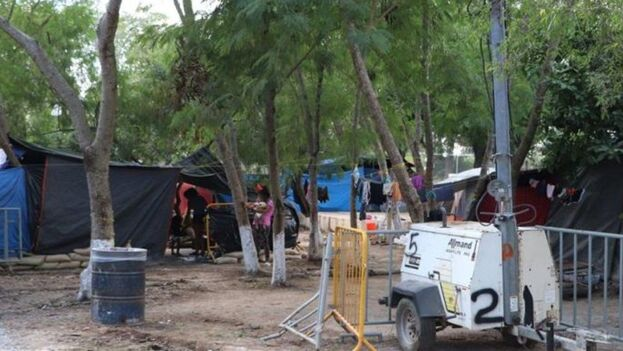 Muchos migrantes pErmanecen en la frontera entre EE UU y México en improvisados e insalubres campamentos. (EFE)