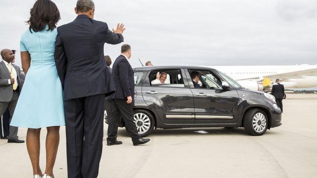 El presidente de EE UU, Barack Obama, y su mujer Michelle reciben el papa Francisco. (Casa Blanca)