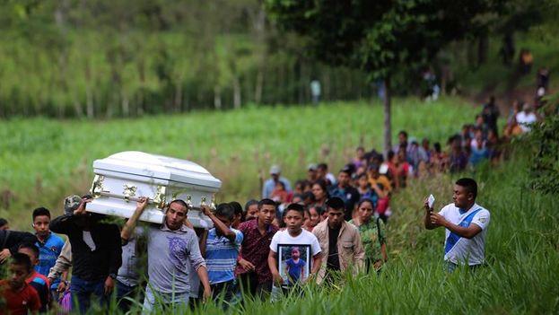 Decenas de personas despidieron los restos de Jakelin Caal Maquín, de 7 años y fallecida hace 17 días en EE UU cuando era custodiada por la Patrulla Fronteriza. (EFE/Edwin Bercián)