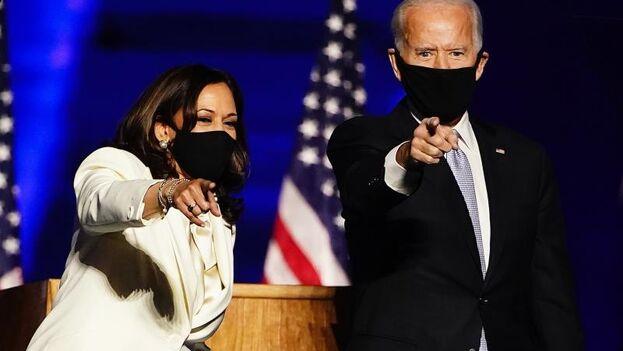La vicepresidenta electa de EE UU, Kamala Harris (i), y el presidente electo de EE UU, Joe Biden (d), celebraron su victoria en Wilmington, Delaware (EE UU ), el 7 de noviembre de 2020. (EFE/Andrew Harnik)