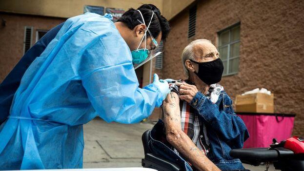 Un tercio de toda la población de EE UU, 117,6 millones, está completamente inmunizada. (EFE)