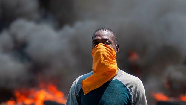 Los manifestantes colocan una barricada durante protestas del martes en una calle de la capital. (EFE/ Jean Marc Herve Abelard)