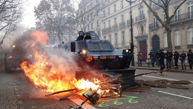 Los primeros encuentros entre fuerzas del orden y manifestantes ocurrieron en la avenida de los Campos Elíseos. (EFE)