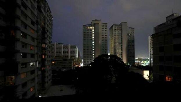 Edificios con luces de emergencia en Caracas, durante un apagón eléctrico que afectó a gran parte del país. (Raúl Martínez / EFE)