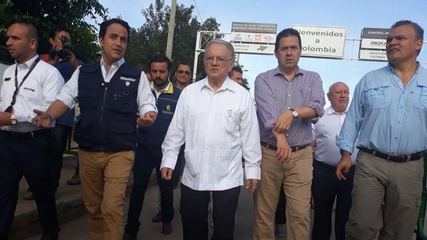Eduardo Stein, representante especial conjunto de Acnur y OIM, recorre el puente internacional Simón Bolívar. (CancilleríaCol)