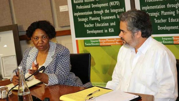 La ministra de Educación Básica de Sudáfrica, Angie Motshekga, y el embajador cubano en ese país, Rodolfo Benítez, durante una reunión en Pretoria en 2020. (PL)