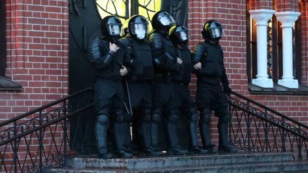 Efectivos antidisturbios bielorrusos bloquean la iglesia de los Santos Simón y Elena, en Minsk. (EFE/EPA/Tatyana Zenkovich)