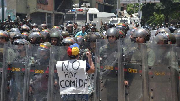 Efectivos de la fuerza pública usaron gas pimienta y perdigones de goma contra los manifestantes. (@FreddyGuevaraC)