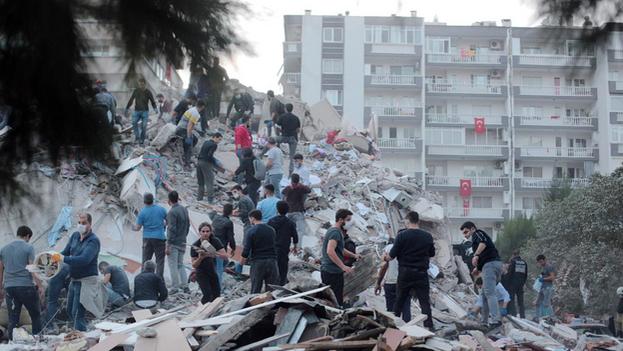 El terremoto que este viernes sacudió las costas del mar Egeo ha dejado al menos 14 muertos, dos de ellos en la isla griega de Samos y los doce restantes en la provincia turca de Esmirna, donde se han derrumbado unos veinte edificios. (EFE)