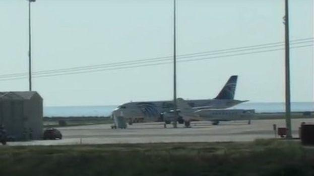 El avión de Egyptair detenido en la pista del aeropuerto de Chipre. (RT)
