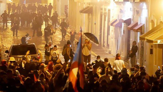 La policía de Puerto Rico lanzó gases lacrimógenos contra un grupo de manifestantes que protestaba en la sede del Ejecutivo para pedir la dimisión del gobernador Ricardo Rosselló. (EFE/ Thais Llorca)