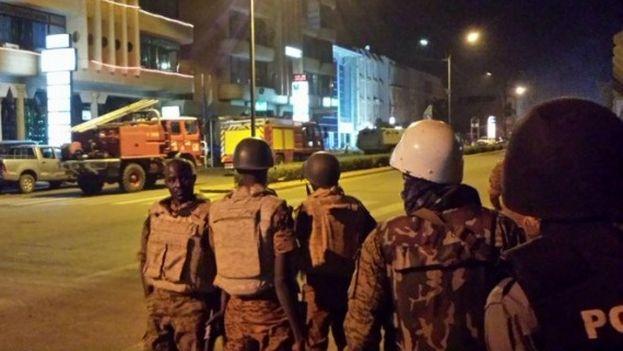 El Ejército de Burkina Faso inició la noche de este viernes un asalto al hotel Splendid de Uagadugú (@disalouka)