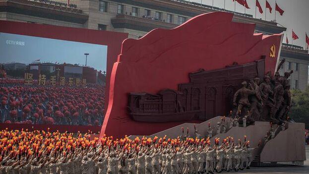 El Ejército Popular de Liberación primero y un centenar de miles de civiles después marcharon por la avenida Changan hasta la plaza de Tiananmen, engalanada de rojo. (EFE/EPA/Roman Pilipey)
