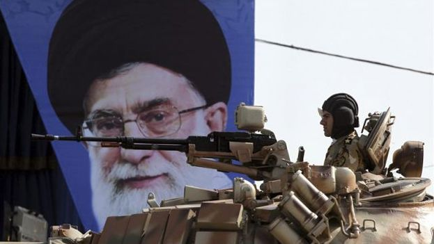 Un tanque del Ejército iraní pasa por delante de una fotografía del ayatolá Alí Jameneí. (EFE)