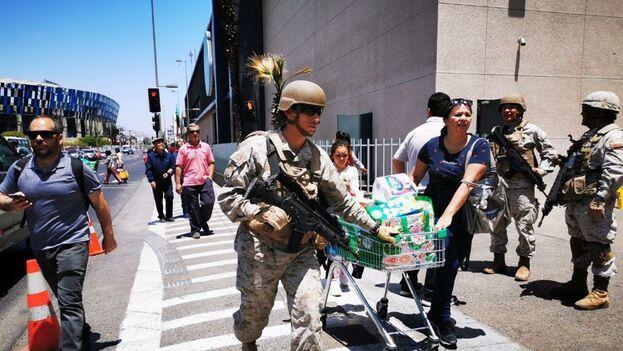 El Ejército asegura los supermercados para garantizar que no se producen saqueos. (Ejército Chile)