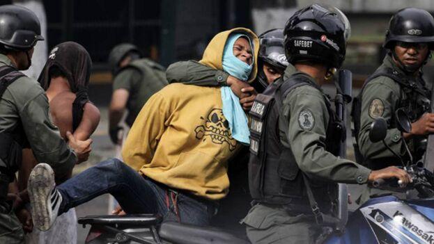 Elementos de la Guardia Nacional Bolivariana detienen a un manifestante en Caracas. (EFE)